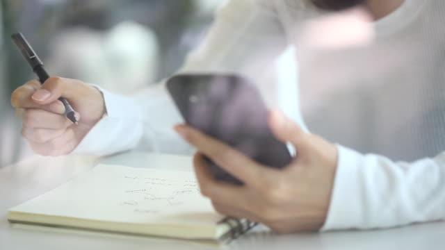 Junge Frau Schreiben online-Training