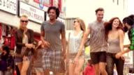 Zeitlupe-Gruppe junger Freunde Spaß am Venice Beach, Los Angeles.