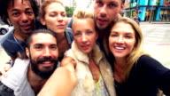 Zeitlupe: Junge Freunde Spaß Selfie auf Santa Monica Street, Los Angeles.