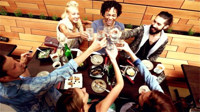 Zeitlupe: Junge Freunde-Gruppe Restaurant in Los Angeles, CA