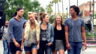Zeitlupe: Junge Freunde haben Spaß auf Santa Monica Street, Los Angeles.