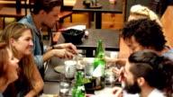 """Zeitlupe: Junge Freunde Restaurant """"Terrasse"""" in Los Angeles, CA"""