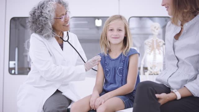 4K UHD: ung flicka på läkarundersökning