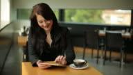 Giovane ragazza con Digital Tablet in Café