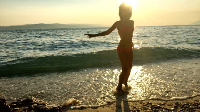 Junge Mädchen spielen am Strand