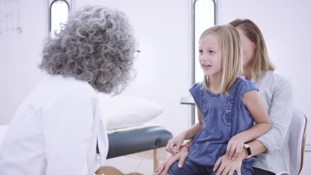 4K UHD: ung flicka besöka läkare