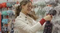 Junge glückliche Frau, die Unterwäsche und bittet um Hilfe