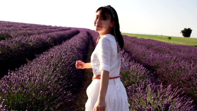 Junge Fitness Frau läuft in Lavendel Feld