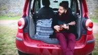Junge hipster Spaß auf road trip