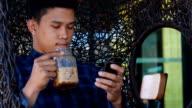 Junge Hipster Mann mit Smart phone