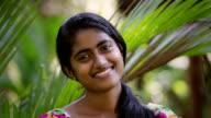 Junge indische-Sri-lankische Frau lächelt in die Kamera