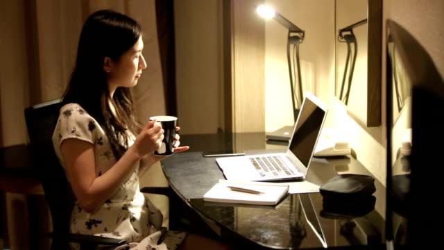 Junge japanische Geschäftsfrau Arbeiten von Zuhause