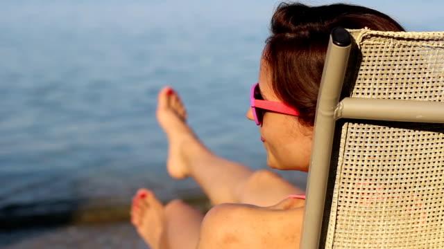 Junge Frau entspannend