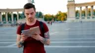 Jongeman analyseren van de kaart in de stad