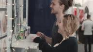 Ung man och kvinna beställer mat på en food truck räknare