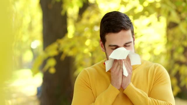 Junger Mann Blasen Ihre Nase