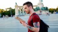Jonge man grootstad te ontdekken en te kijken naar de kaart