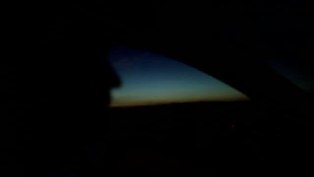 Jonge man het besturen van een auto in de nacht