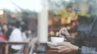 Jonge man met koffie in een café.