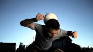 HD SUPER SLOW-MOTION: Giovane uomo Fare il giocoliere una palla