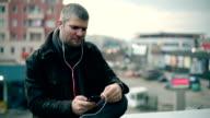 Junger Mann anhören von Musik auf dem Dach
