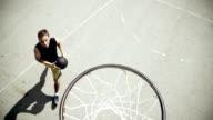 - SUPER ZEITLUPE, HD: Junger Mann beim Basketball