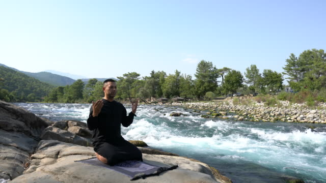 Jongeman bidden buiten in de natuur