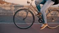 SLO MO junger Mann auf einem Fahrrad auf der Brücke