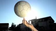 HD SUPER SLOW-MOTION: Giovane uomo di filatura il pallone