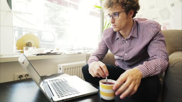 Ung man att skriva på laptop.