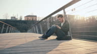 WS junger Mann mit digitalen Tablet auf Brücke