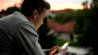 Giovane uomo utilizzando il telefono cellulare