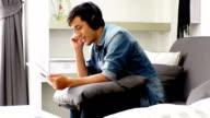 Junger Mann mit Kopfhörern, tablet, Musik hören und singen