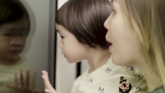 Jonge moeder en dochter reizen door BTS Sky Train In Bangkok, Thailand