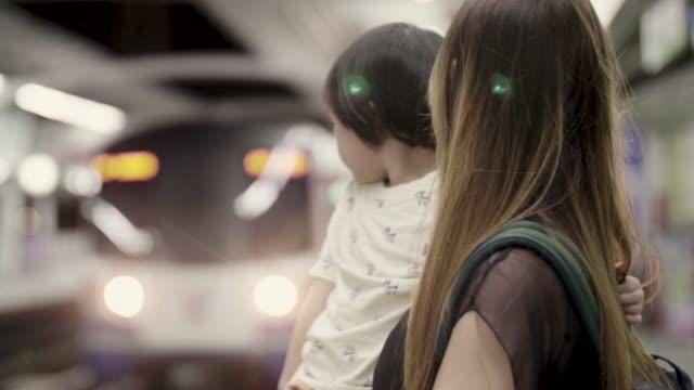 Jonge moeder en dochter te wachten BTS Sky Train In Bangkok, Thailand