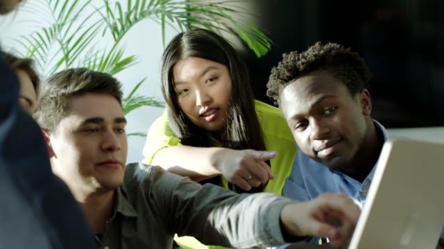 Multi-ethnischen Jugendliche arbeiten an einer Lösung des Problems. Startup-Unternehmen