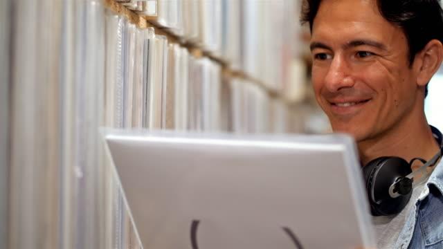 4K: junge Musik-Fan zwischen Datensätzen