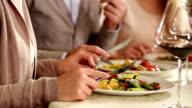 Junge Menschen paar Genießen Sie ein schmackhaftes Mittagessen in einem restaurant