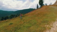 Jonge zwangere vrouw wandelen in de bergen met rugzak