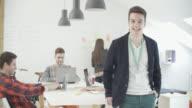 4 K: Junge Programmierer In seinem Start-Up-Büro.