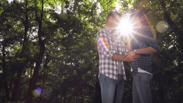 Junge lächelnde paar in Liebe Zuneigung zueinander im Park.