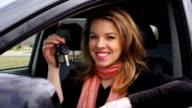 Junge lächelnde Frau mit Schlüssel