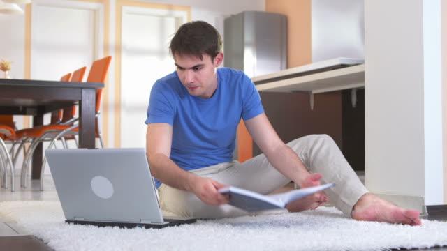 DOLLY HD: Giovane studente utilizzando Computer per compiti