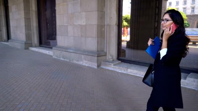 Stilvolle Mädchen reden auf ihr Handy