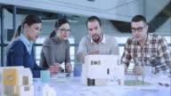 Jong team in een vergadering samen te werken aan een bouwproject