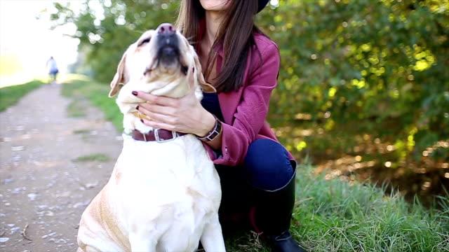 Jonge vrouw en haar hond