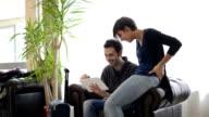 Giovane donna e uomo utilizzando un tablet