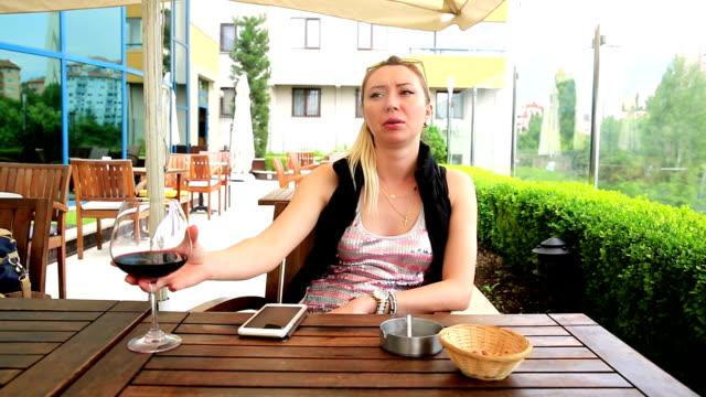 Giovane donna in Café