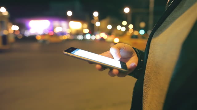 Junge Frau durch Ihr Smartphone in der Stadt.