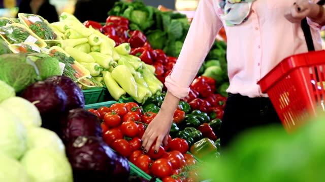 Junge Frau kaufen Gemüse